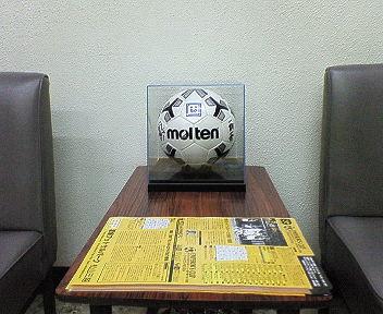羽田選手の記念ボールを展示